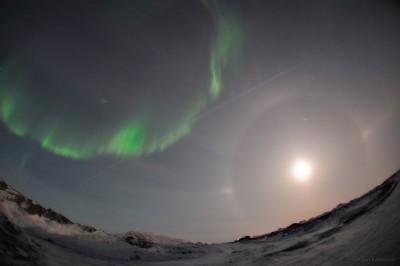 лунное гало и полярное сияние